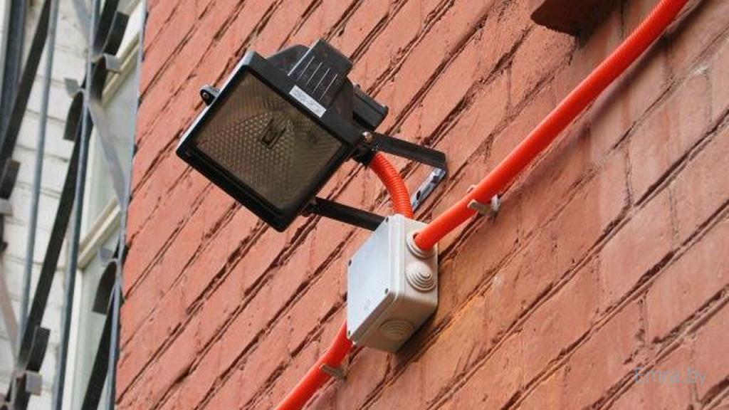 Для защиты от УФ кабель для прожекторов монтируют в гофре